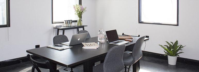 Cómo distribuir el espacio y decorarlo en una oficina